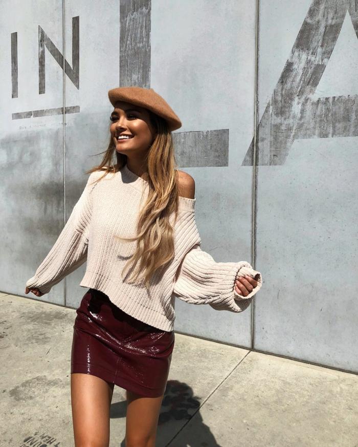 chapeau femme hiver béret avec une jupe courte et un pull