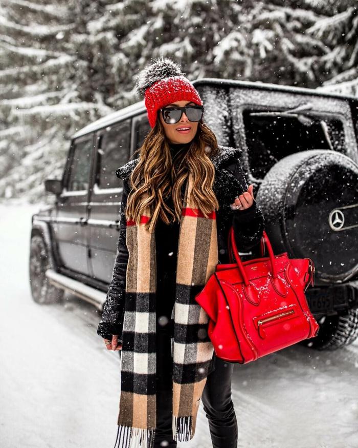 chapeau femme hiver en rouge à marier avec le sac à main