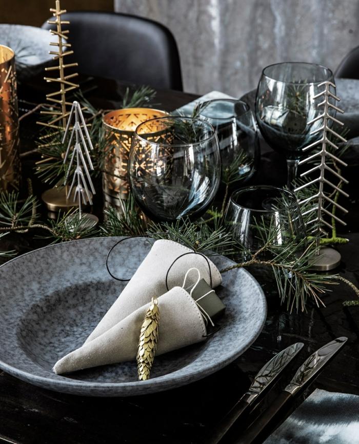 déco avec des branches de sapin assiette de Noël