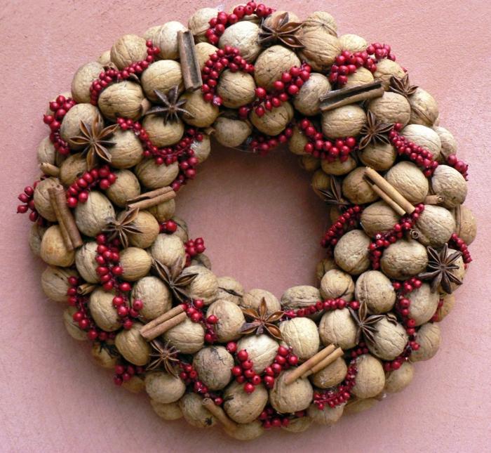 déco festive pour la porte couronne de noël originale avec des noix