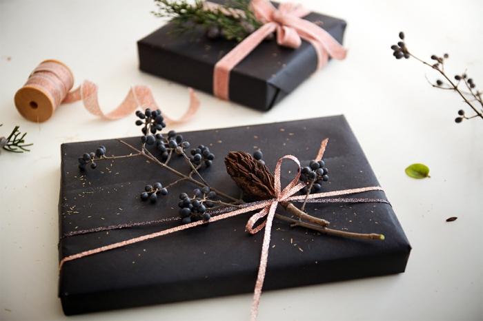 déco unique emballer un cadeau avec du papier noir