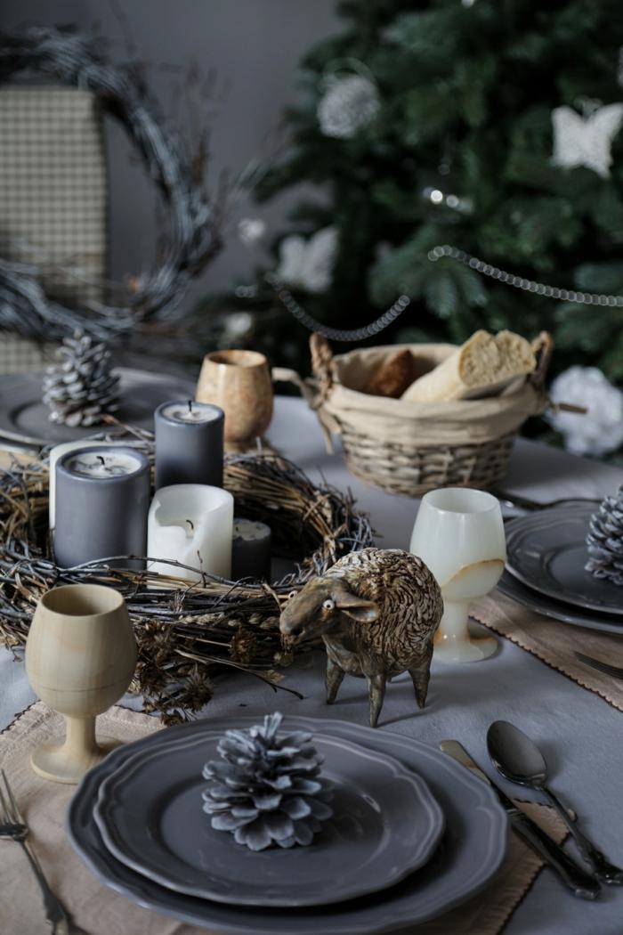 décoration en gris idée assiette de Noël avec pomme de pin