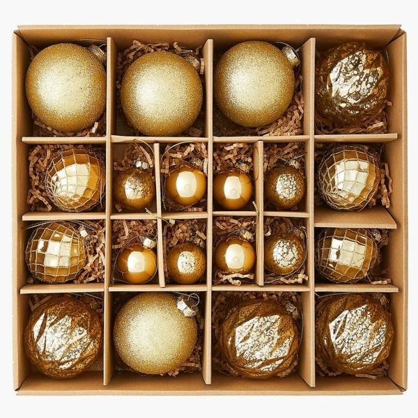 décoration sapin de noël avec des boules dorées