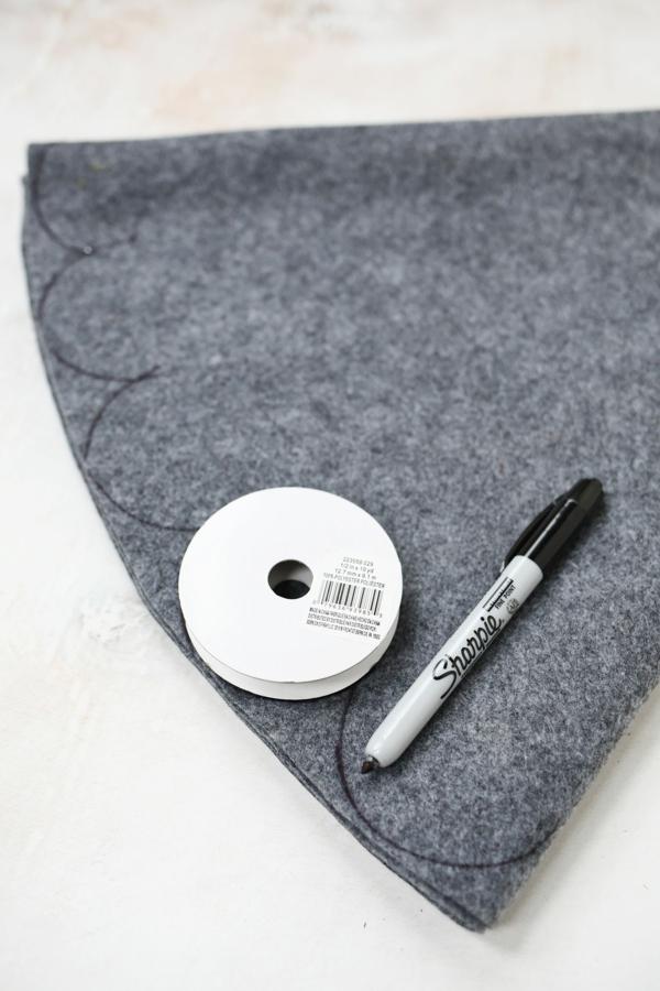 découper un cercle de textile jupe de sapin