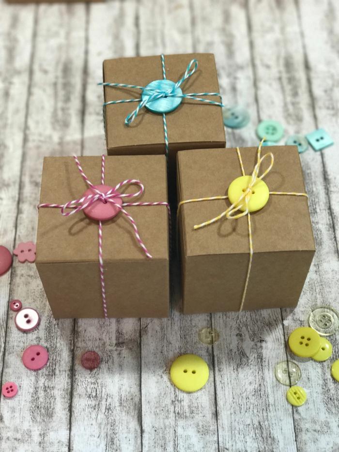 emballage créatif emballer un cadeau pour noël avec des boutons