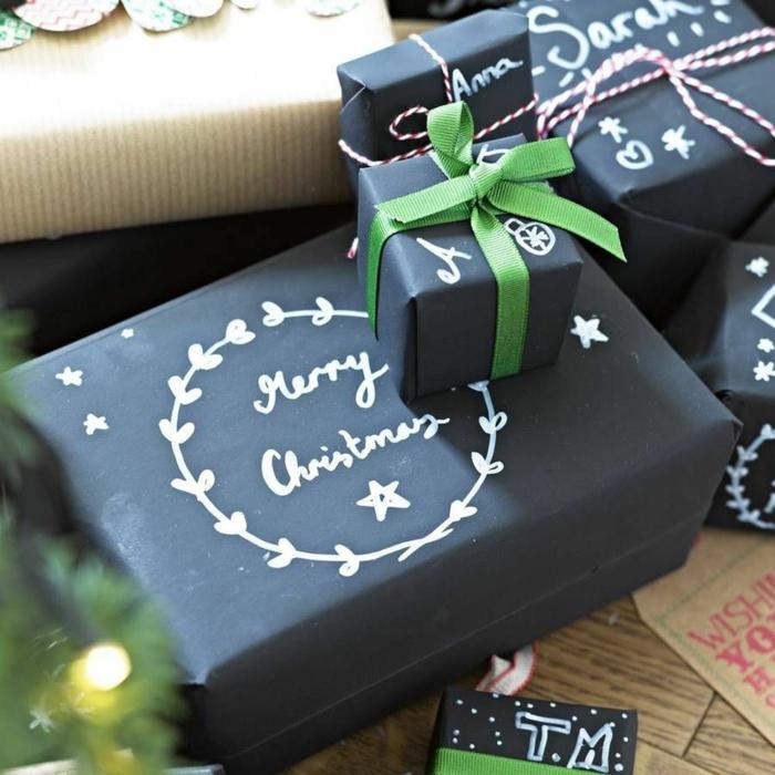 emballer un cadeau papier noir