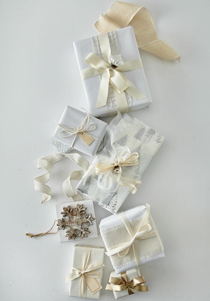 emballer un cadeau pour noël en blanc