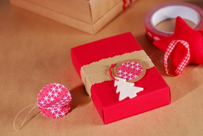 emballer un cadeau pour noël en rouge