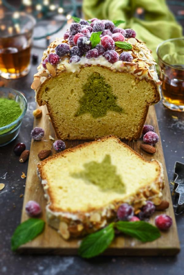 gâteau sapin de noël aux amandes et fruits gelés