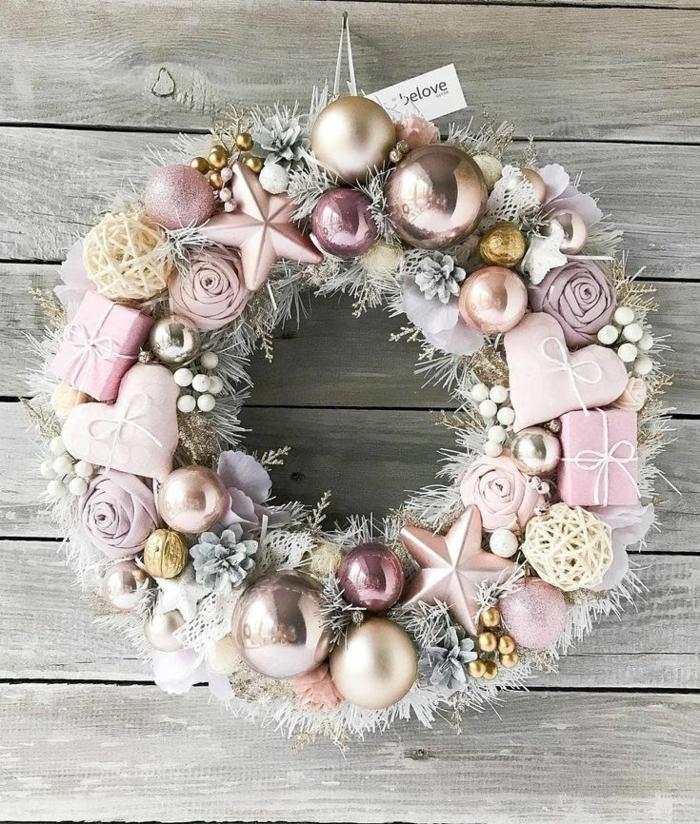idée ambiance douce en rose couronne de noël originale avec des boîtes cadeaux