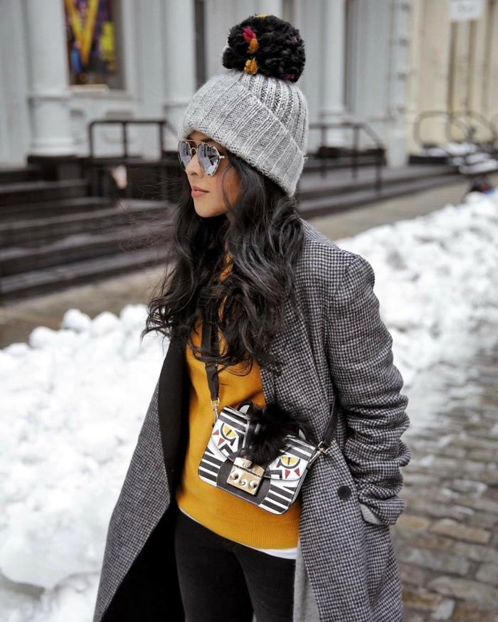 look tendance idée avec chapeau femme hiver avec pompon