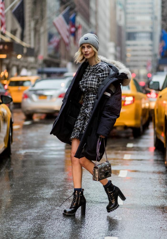 manteau avec robe chapeau femme hiver idée comment combiner