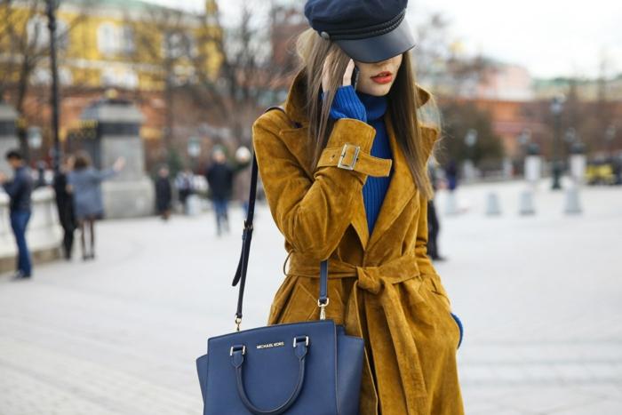 manteau jaune moutarde et chapeau femme hiver casquette