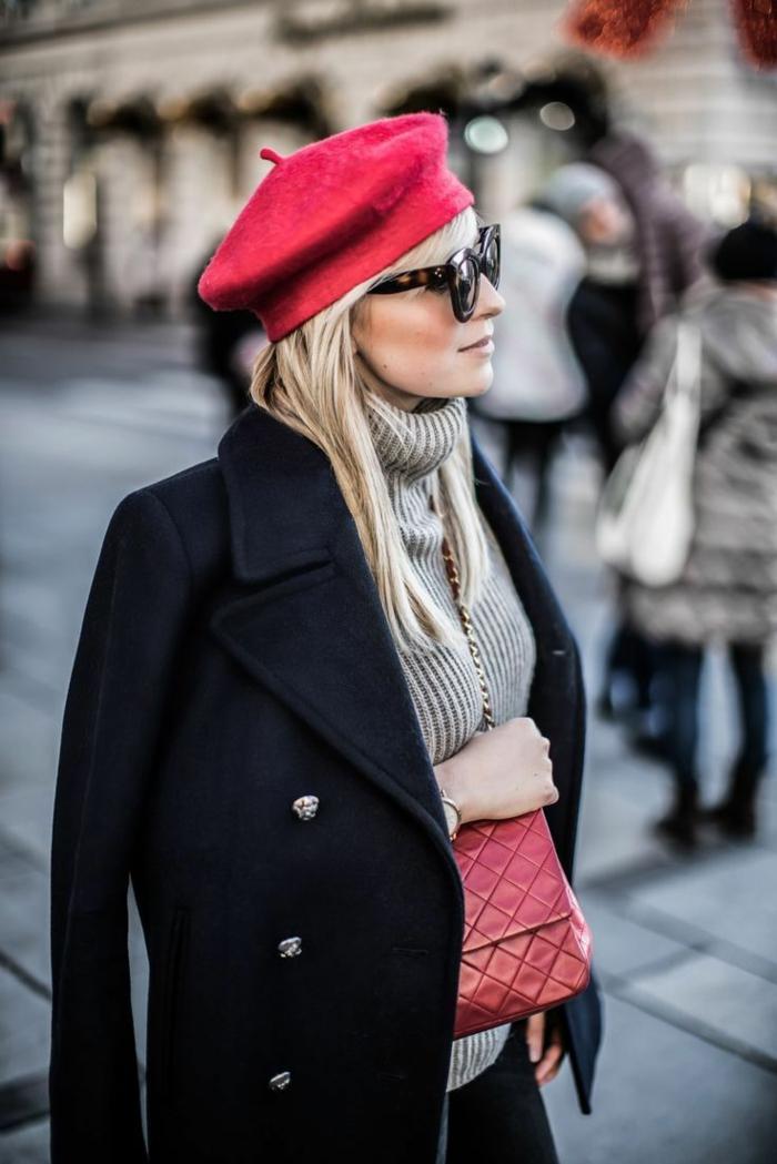 manteau noir et béret rouge chapeau femme hiver