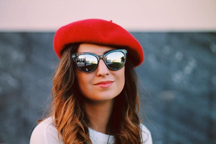 paire de lunettes et un béret rouge chapeau femme hiver 2019-2020