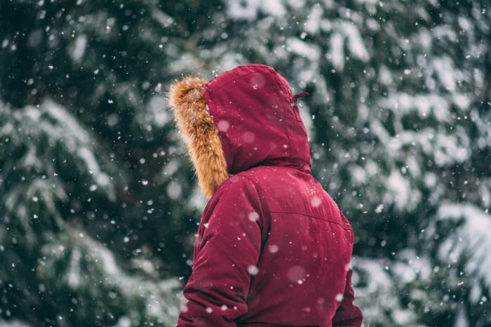 parka rouge pour rester au chaud en hiver