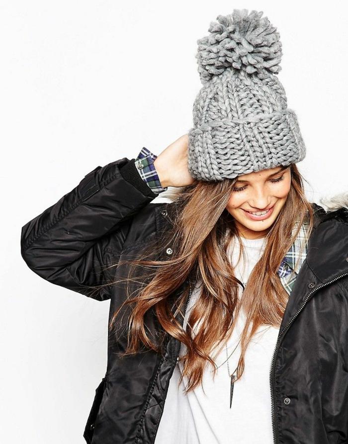 veste en noir avec chapeau femme hiver avec pompon en gris