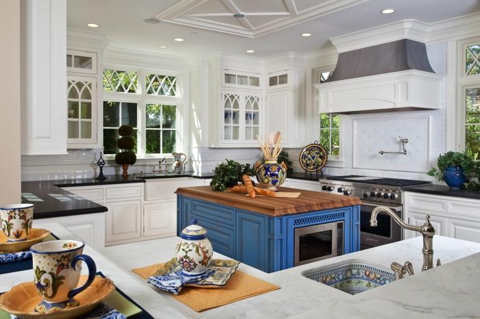 îlot centrale de cuisine en classic blue couleur pantone 2020