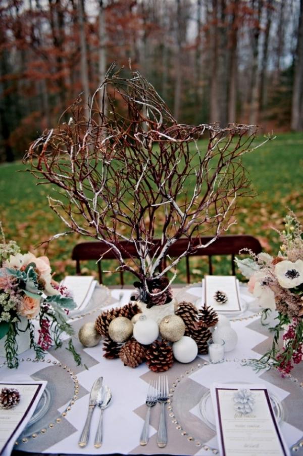 déco mariage hiver centre de table branchage boules de sapin et fleurs