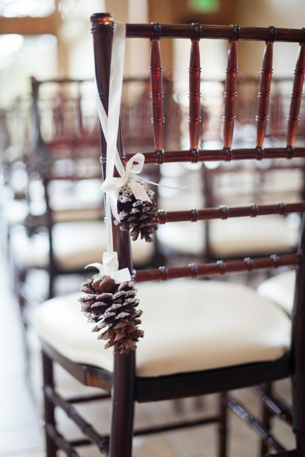 déco mariage hiver déco de chaise avec pomme de pin