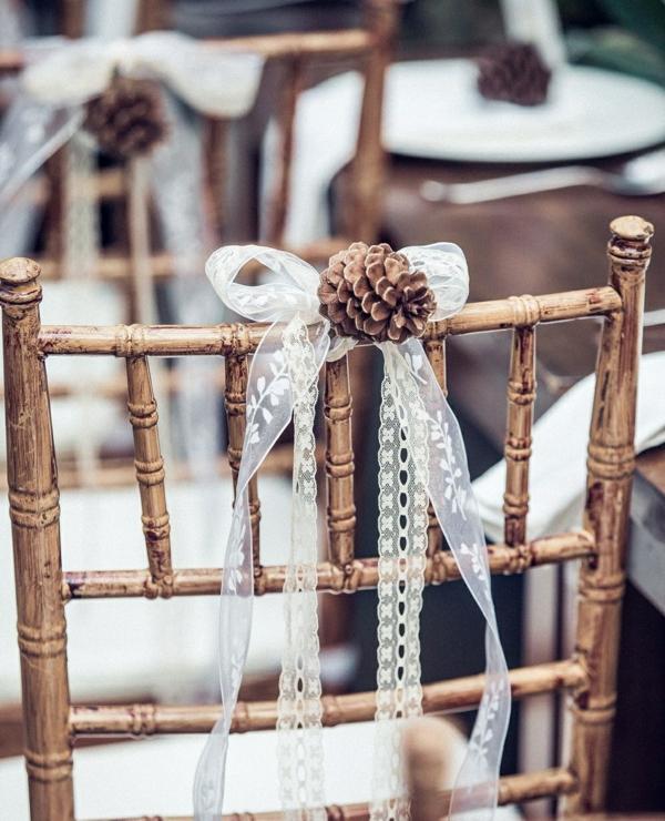 déco mariage hiver décoration chaise ruban et pomme de pin