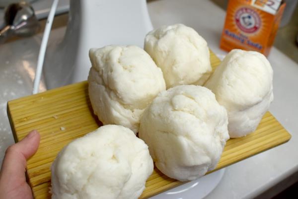 former des boules de pâte à modeler savonneuse