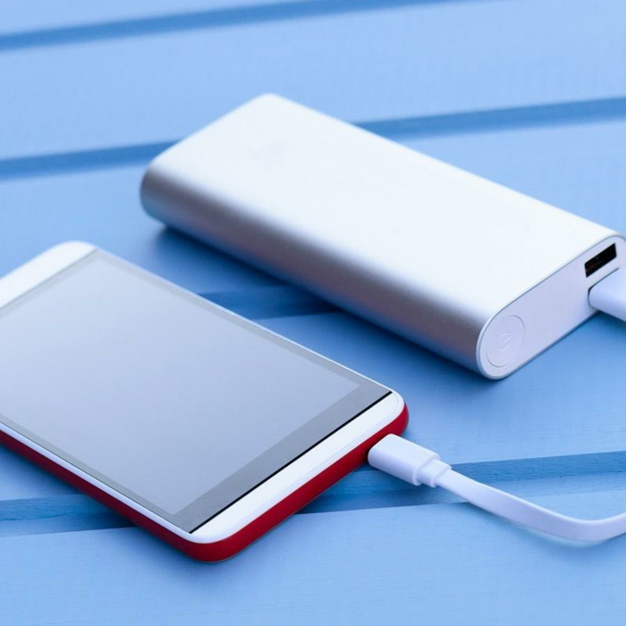 Powerbank charging smartphone