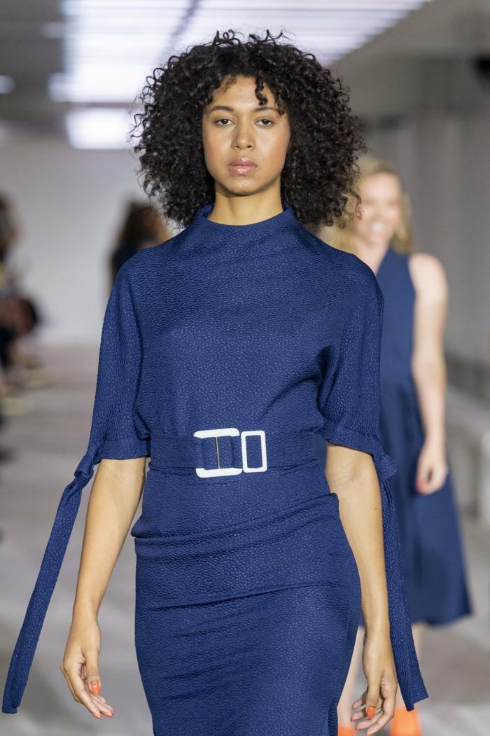 mode femme classic blue couleur pantone 2020 robe élégante