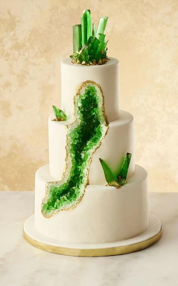 préparer gâteau géode au glaçage blanc sucre rock candy vert
