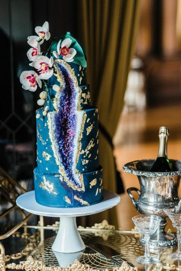 préparer gâteau géode au glaçage bleu déco orchidées