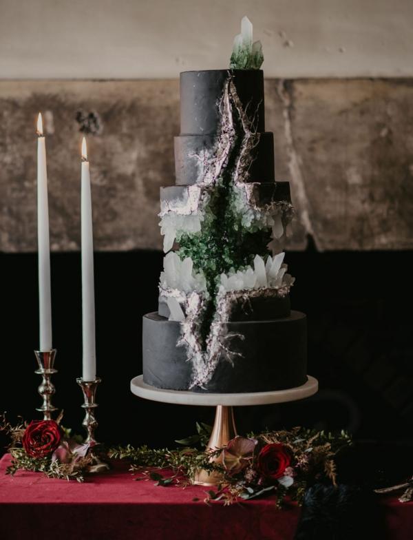 préparer gâteau géode au glaçage noir sucre rock candy vert et blanc