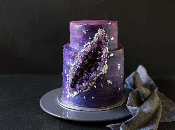préparer gâteau géode au glaçage pourpre sucre rock candy violet
