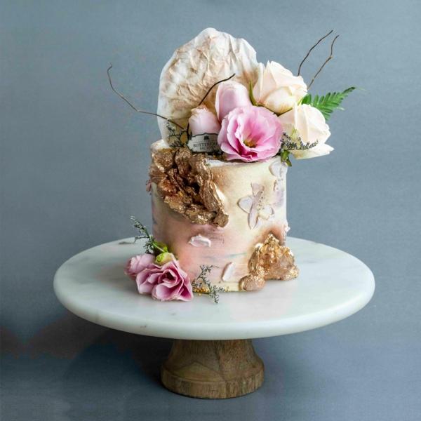 préparer gâteau géode sucre rock candy en or déco roses