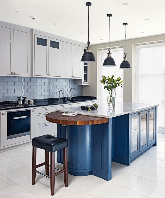 îlot central dans une cuisine bleu classique