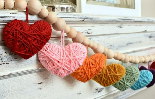 Guirlande cœur faite en fils à tricoter