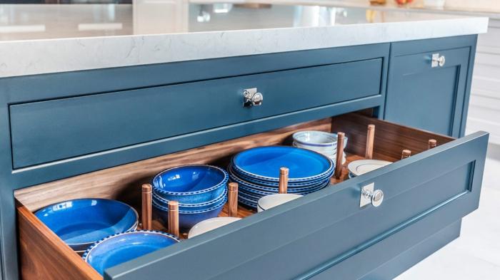 assiettes classic bleu pantone 2020 idée aménagement cuisine bleu classique