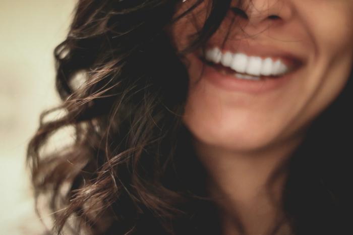 cadeaux personnalisés femme souriante