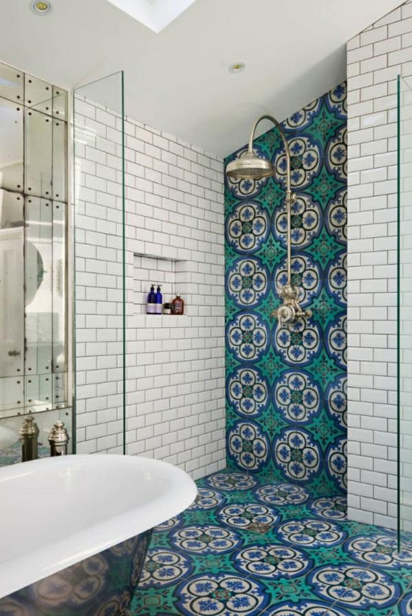carrelage salle de bain aux motifs colorés et carreaux métro