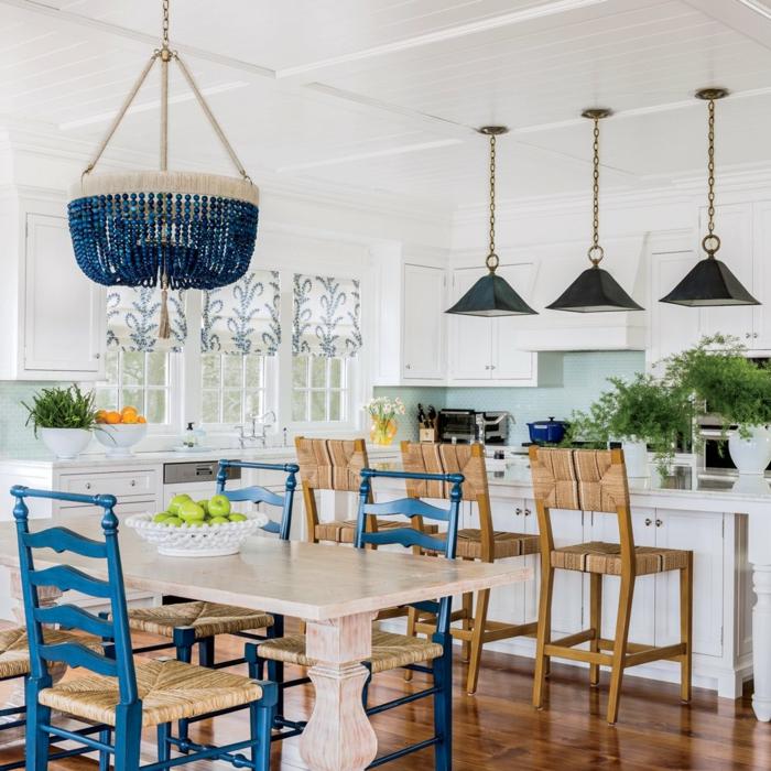 chaise et luminaire en bleu foncé cuisine bleu classique