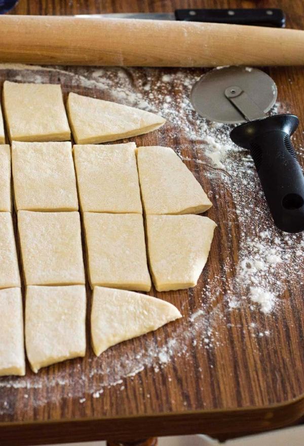 couper la pâte pour les beignets de carnaval en carrés