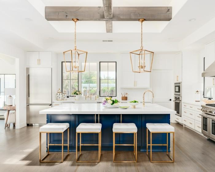 cuisine blanche et îlot central en bleu classique idée aménagement cuisine bleu classique