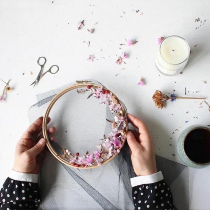 déco florale cercle à broder idée déco chambre romantique