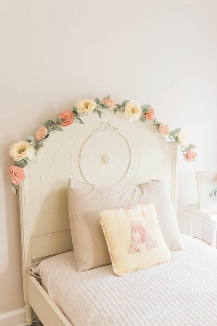déco florale sur le lit idée déco murale fleurs artificielles déco chambre romantique