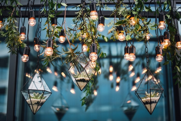 décoration salle de mariage éclairage ampoules suspendues