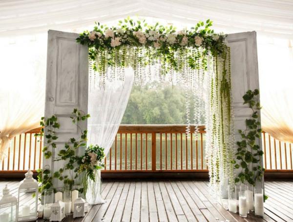 décoration salle de mariage arche fleurie faite de portes vintage
