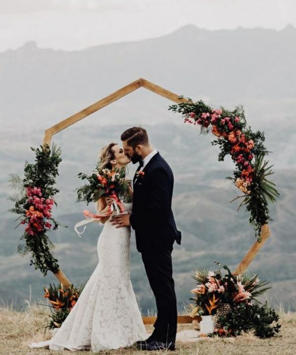 décoration salle de mariage arche fleurie hexagonale