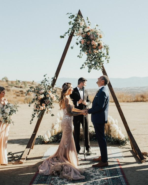 décoration salle de mariage arche fleurie triangulaire