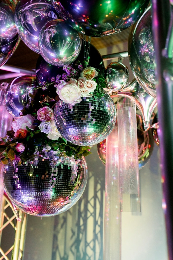 décoration salle de mariage balles disco