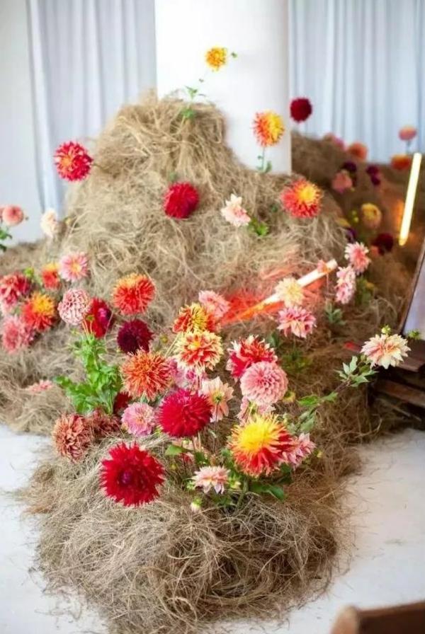 décoration salle de mariage fleurs de couleurs vives et herbe