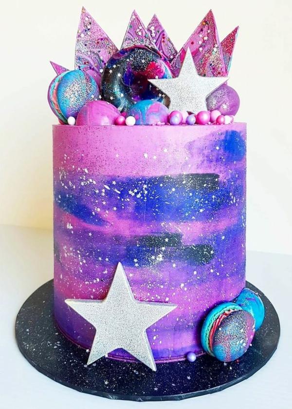 décorer gâteau galaxie au glaçage miroir de biscuits et macarons